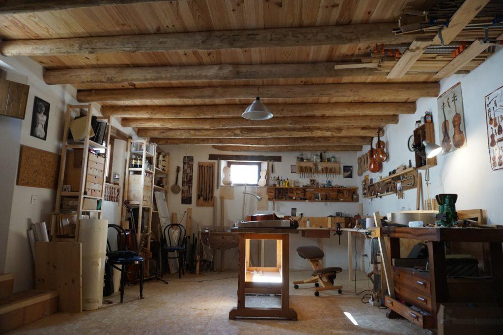 Sotano con techos de madera