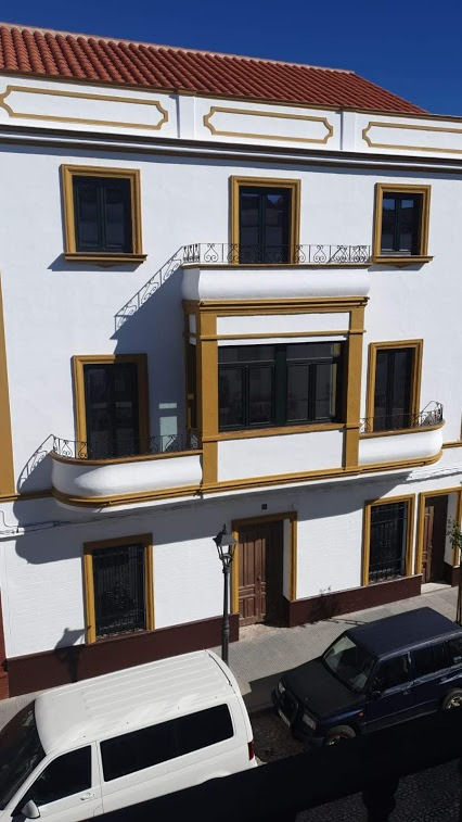 Carpinterías de alta eficiencia energética con doble acristalamiento en fachada rehabilitada